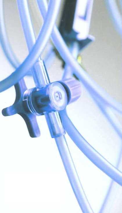 Selang PVC untuk keselamatan hidup. Nutrisi dan cairan mencapai sistem pencernaan pasien melalui sistem selang PVC.